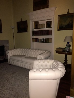 Chesterfield sofas in white leather